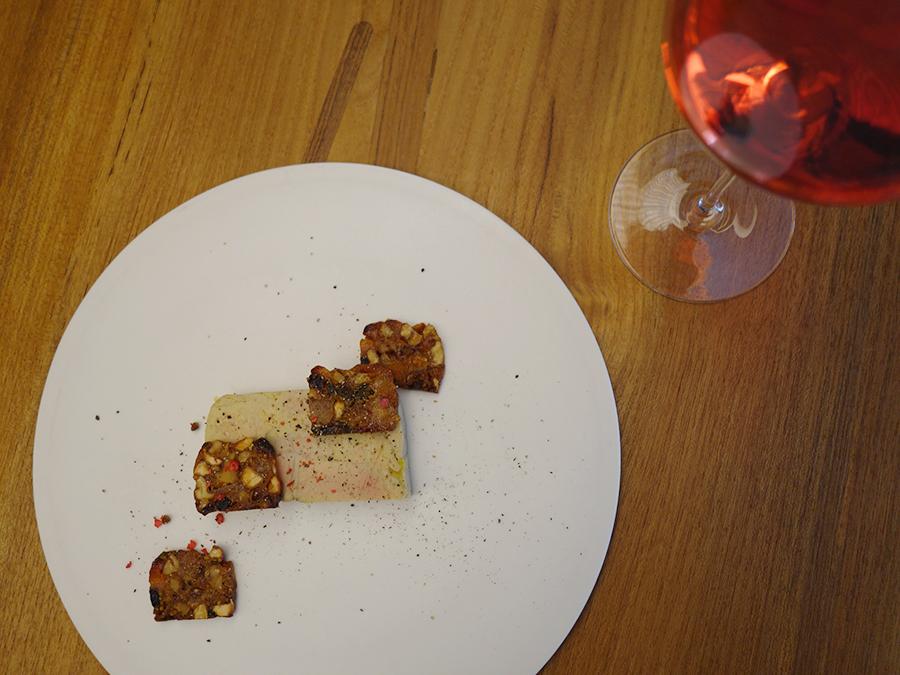 アプリコットリキュールの香り漂うフォアグラに、ベラベッカを合わせて食べると、フォアグラのクリーミィさが際立つ。ロゼワイン「キャンベルアーリー2015」900円(税別)と一緒に味わって