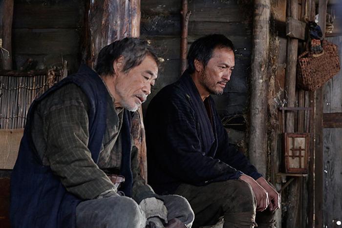 柄本明(左)と渡辺謙 © 2013 Warner Entertainment Japan Inc.