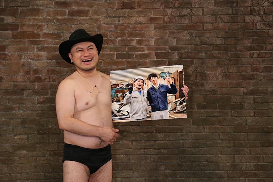 ドラマ初出演を果たし、共演した高橋一生との記念写真を披露するハリウッドザコシショウ