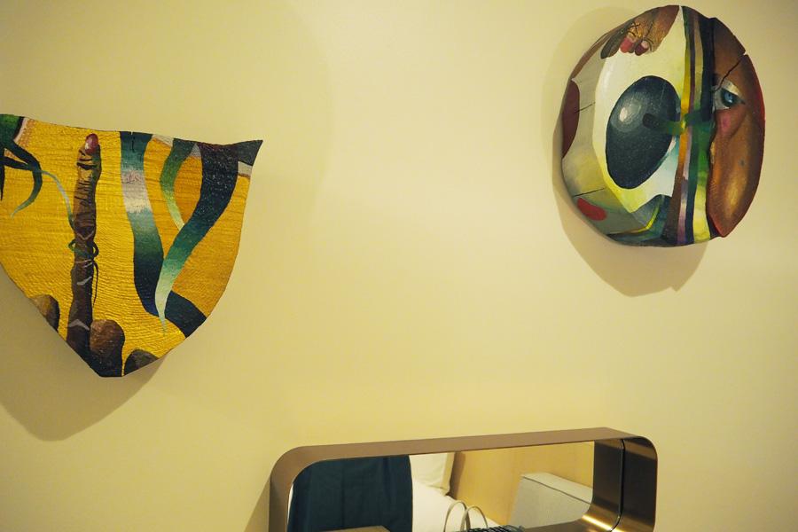 各部屋にはさまざまなアーティストによる作品が展示されている