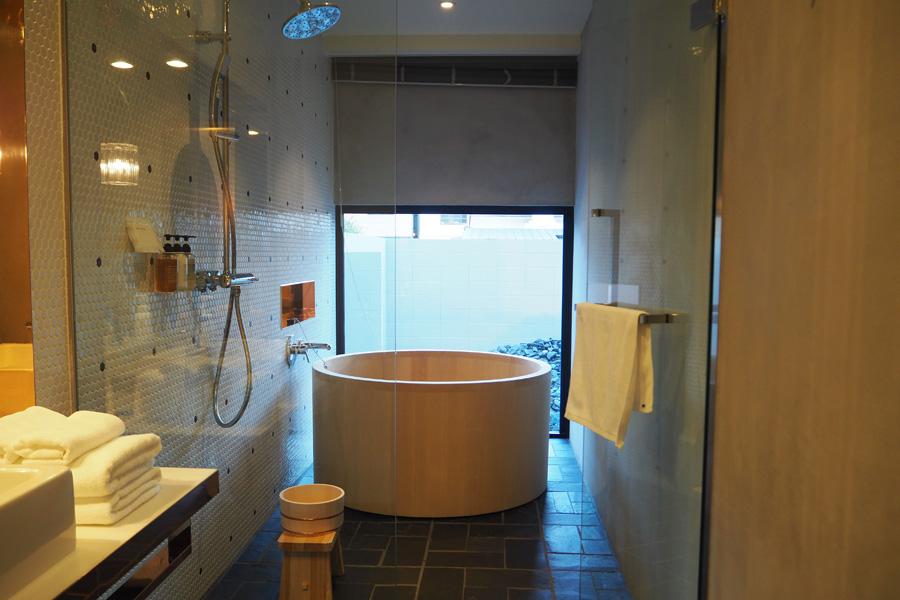 ガーデンツインの部屋には、庭を楽しむことができる青森ヒバの浴槽も