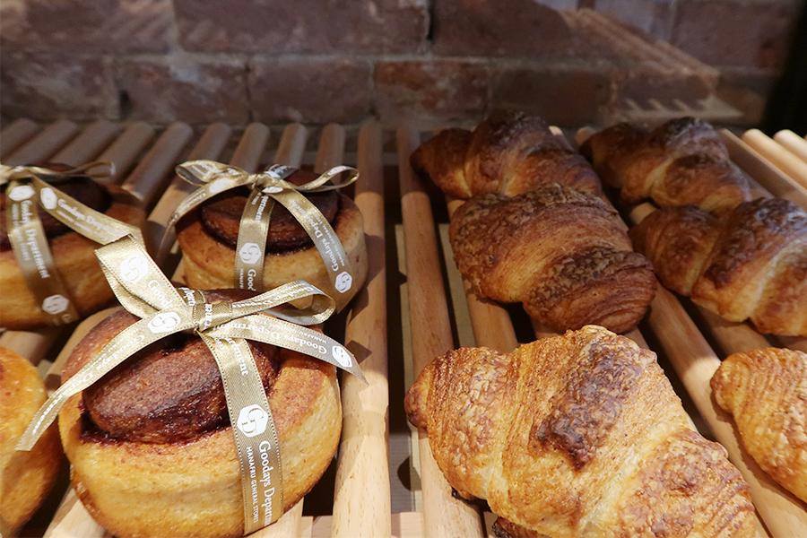 パン職人歴40年のシェフが毎日焼き上げる全粒粉のパン。3日間かけて熟成する、おすすめはクロワッサン170円だそう