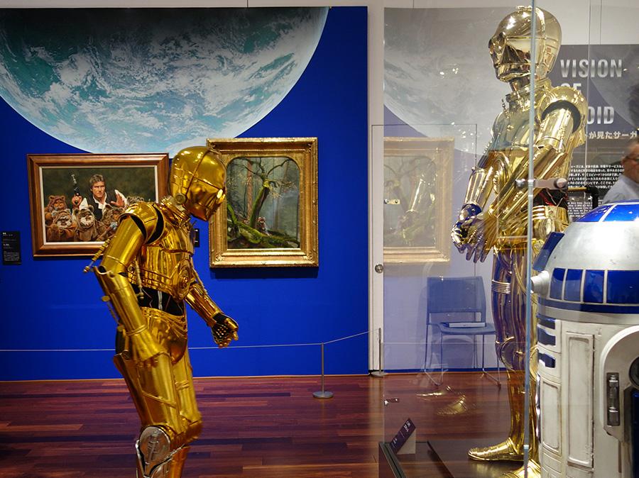 C-3POの展示を眺める、参加者