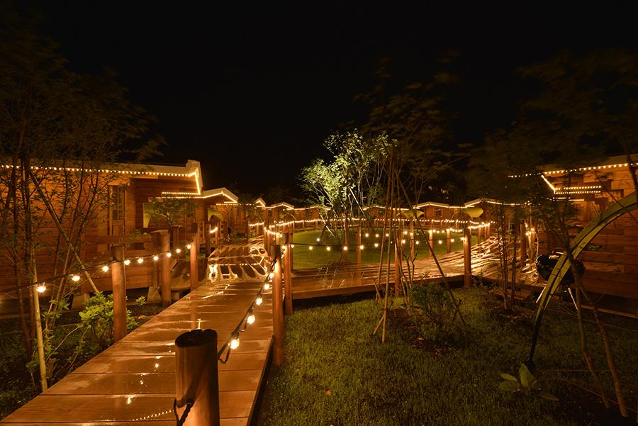 夜は静かで車も通らない、キャビンエリアには足下が照らされロマンチックな空間を演出する