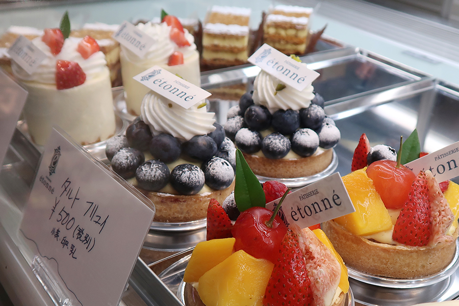ミルフィーユなどクラシックなお菓子をはじめ、チーズケーキやシュークリームなど毎日のおやつ的な洋菓子も並ぶ. 店名の「etonne」は、フランス語で「驚き」という意味。お客様においしい驚きを体験してほしい…という思いで命名