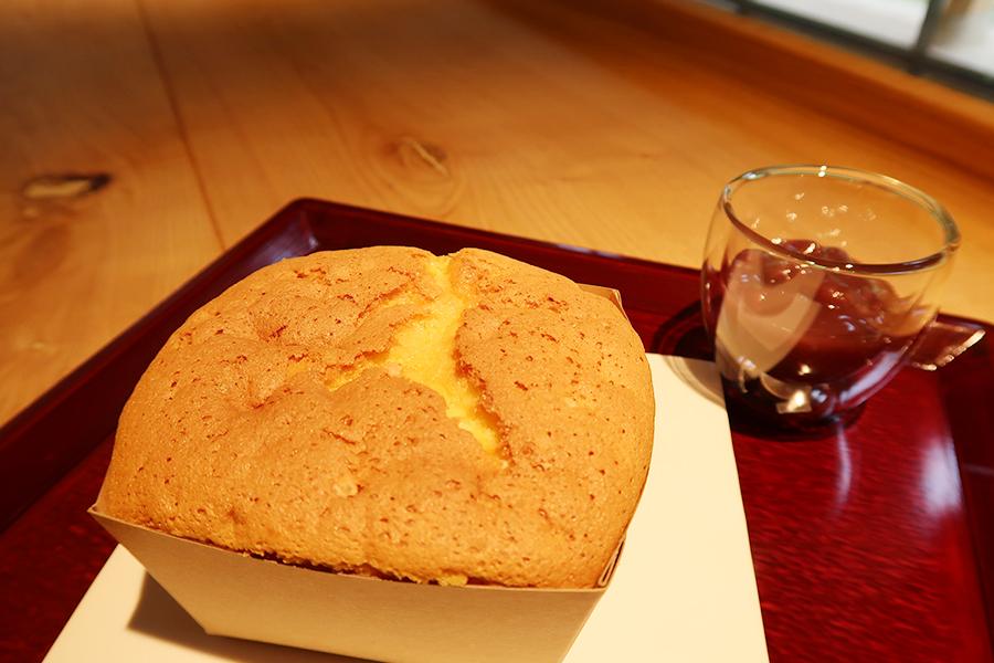ふわふわ食感の「近江カステラ」に、自家製餡を添えて。コーヒー、紅茶付き885円(ミルク付き648円)