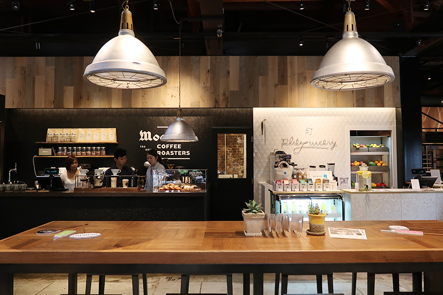 世界から厳選した豆から絵レベル「Moanin' COFFEE ROASTERS(モーニン コーヒー ロースターズ)」。コールドプレスジュースのほか、スムージーなども販売するジューススタンド「plie juicery(プリエ ジューサリー)」