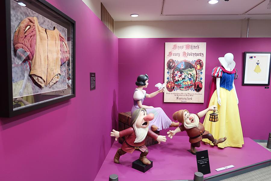 左手前に見えるのが、白雪姫のモデルが着用した衣裳。年月を感じさせる一着