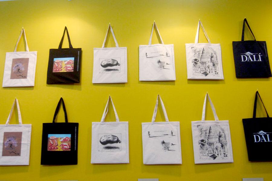 壁一面にダリの作品などが印刷されたトートバッグ1,080〜3,200円