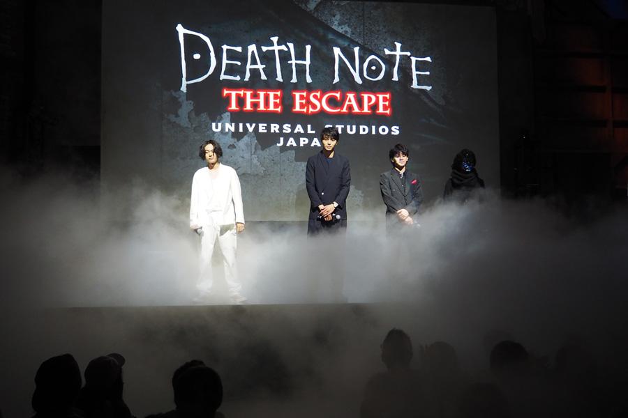 白煙が薄れると、そこに3人の姿!サプライズの演出にゲストからは悲鳴に近い歓声が