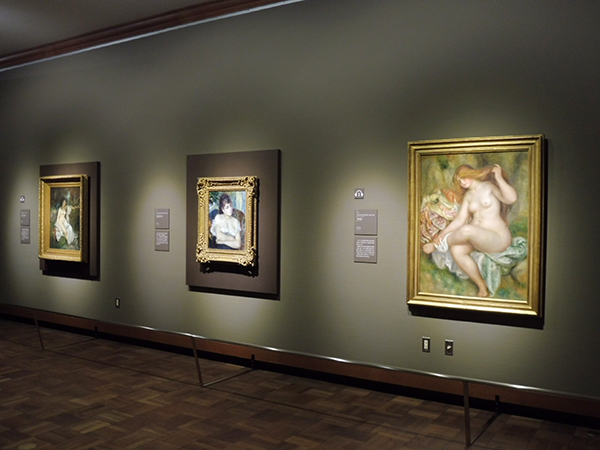 「第1章 印象派」より、右からピエール・オーギュスト・ルノワール《座る浴女》(1903-1906年)、《肘掛椅子の女性》(1874年)と、ギュスターヴ・クールベ《川辺でまどろむよく浴女》(1845年)