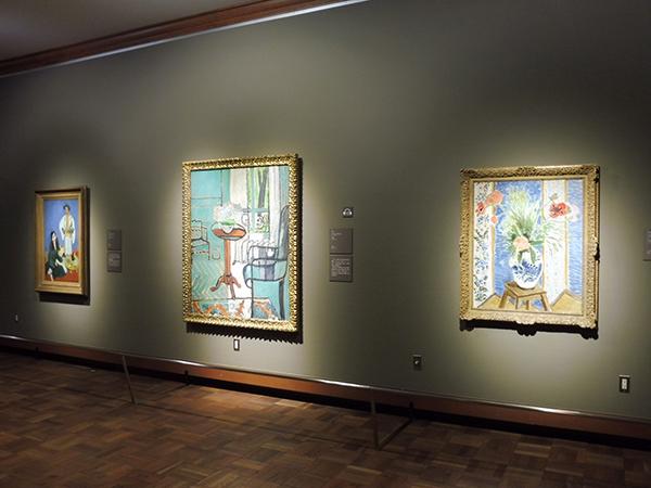 「第4章 20世紀のフランス絵画」より、右からアンリ・マティス《ケシの花》(1919年頃)、《窓》(1916年)、《コーヒータイム》(1916年)