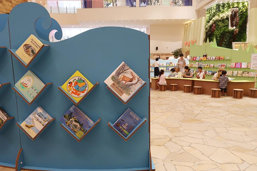 読み聞かせ用の大型絵本、しかけ絵本、ミリオンセラー絵本といったコーナーも