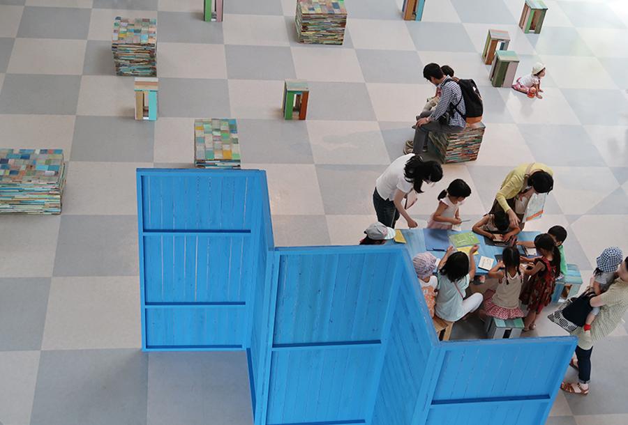 京都在住の美術家・森太三による、イスやテーブルが点在。自由に読める絵本や、お絵描きスペースも