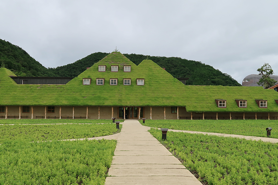青々とした美しい屋根が有名な「ラ コリーナ 近江八幡」。ここ限定のメニューも豊富
