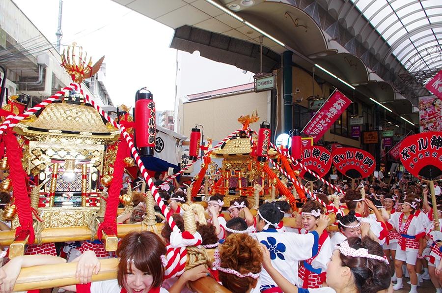 今年も天神祭女性御神輿「ギャル神輿」が元気いっぱいに天神橋を巡行
