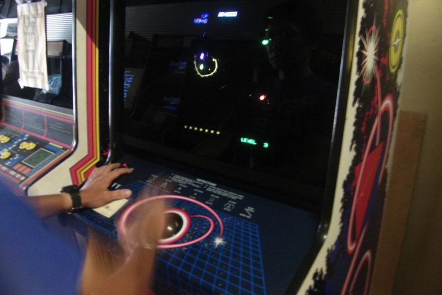 敵をラインで囲んでいくゲーム『QUANTUM』で華麗にドラッグボールを操るJAKさん
