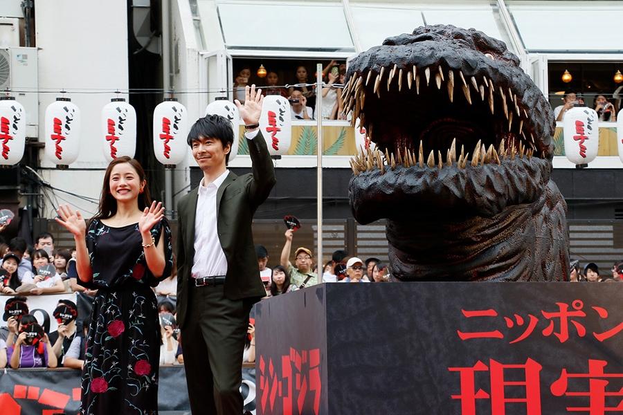大阪・道頓堀川でのイベントに登場した長谷川博己と石原さとみ(左)