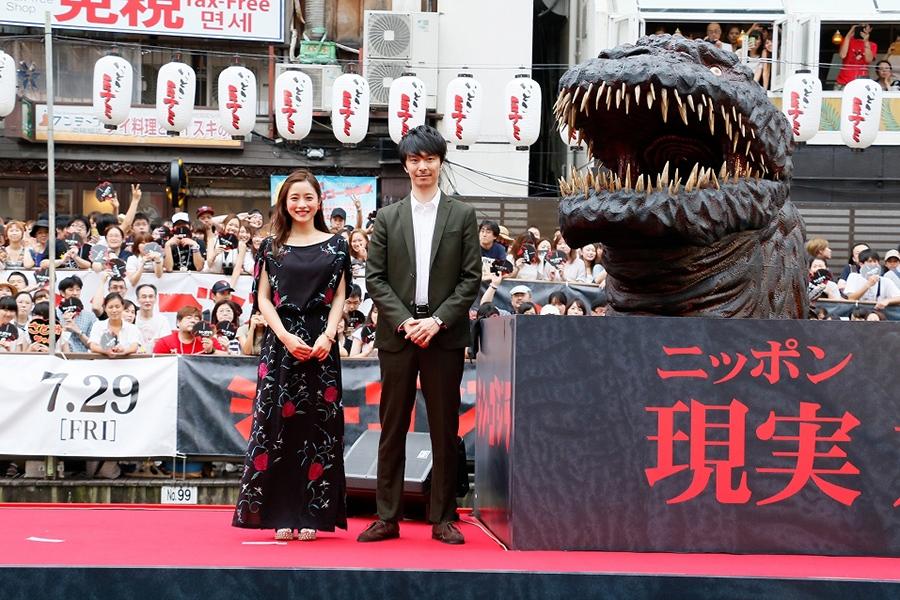 訪れた観客、ゴジラとともに記念撮影した長谷川博己(右)と石原さとみ