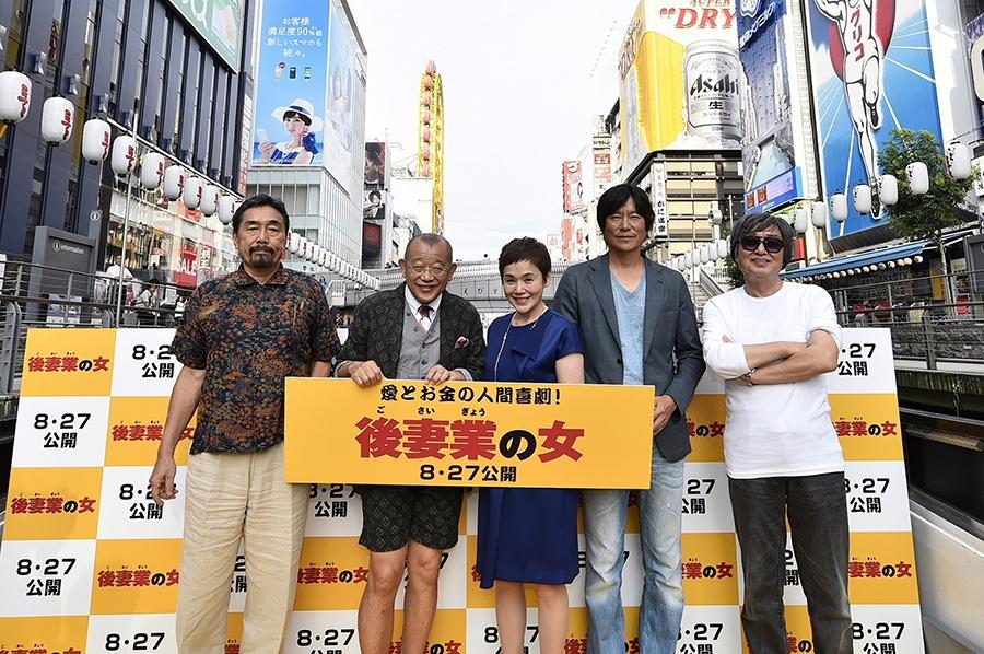 左から、黒川博行、笑福亭鶴瓶、大竹しのぶ、豊川悦司、鶴橋康夫監督