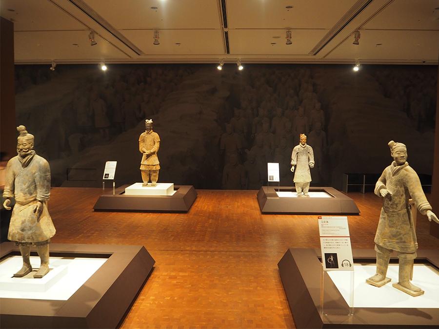 兵馬俑10体。その身分や役職とともに一つひとつ衣装、髪型、ポーズも異なる