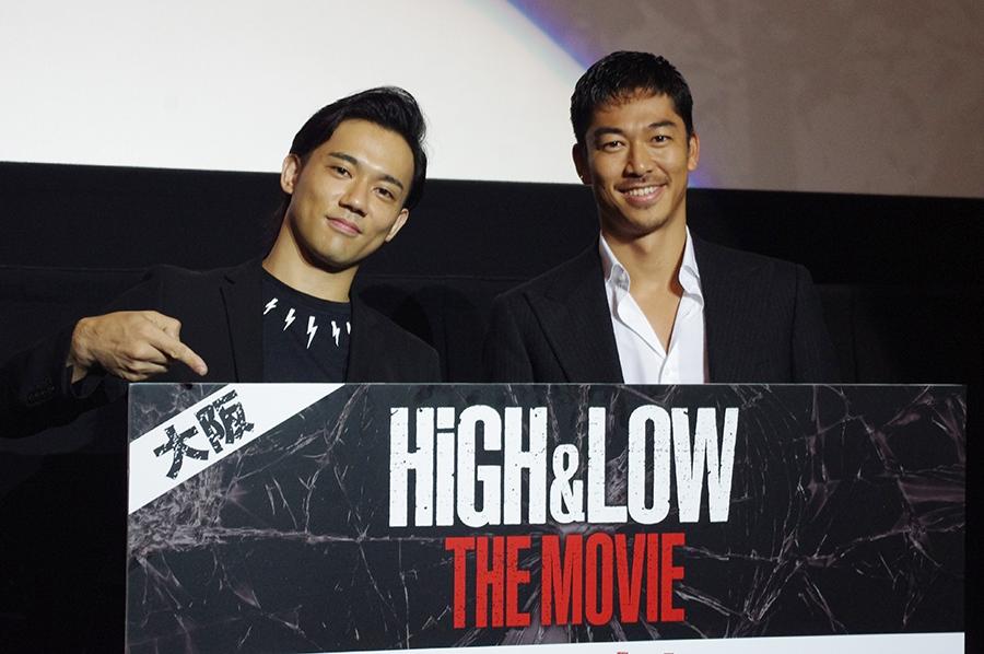 映画『HiGH&LOW THE MOVIE』舞台挨拶・大阪会場に登場したAKIRA(右)と小澤雄太