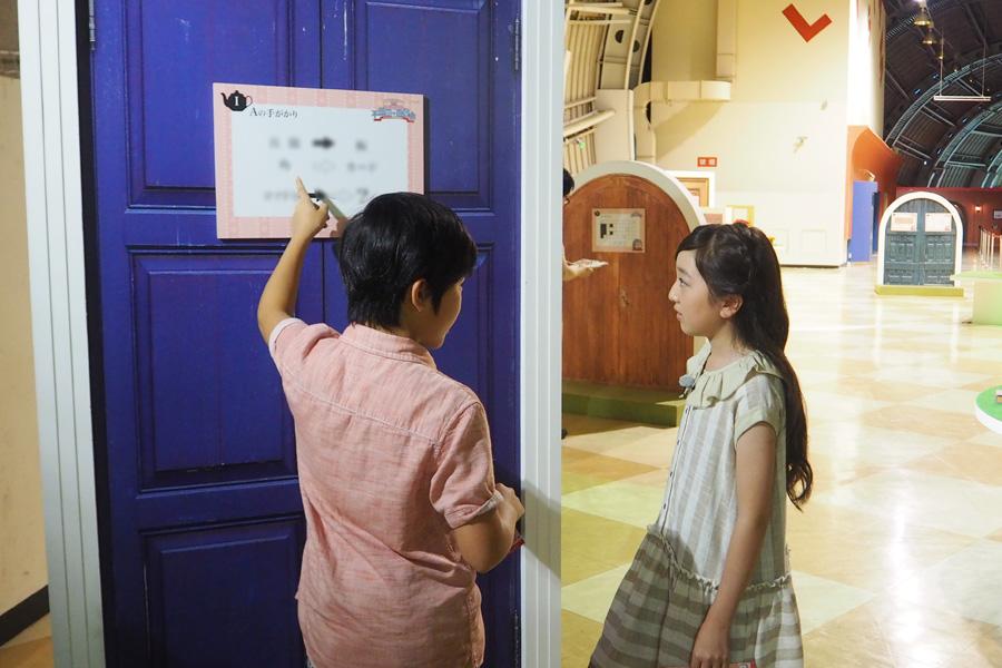 協力しながら謎を解く2人。「次は家族と来たい」と鈴木