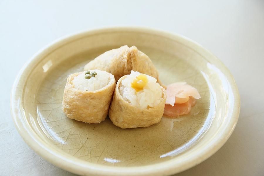 奥が「古代米」120円。「梅」150円は梅酢が上がった干す前のものを使用し、やわらかい酸味。「実山椒」150円は酢飯に花山椒を混ぜて