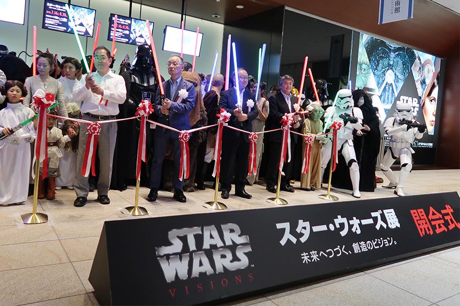 開会式にて、あべのハルカス美術館の館長・浅野秀剛さんをはじめ、スターウォーズのファンも参加