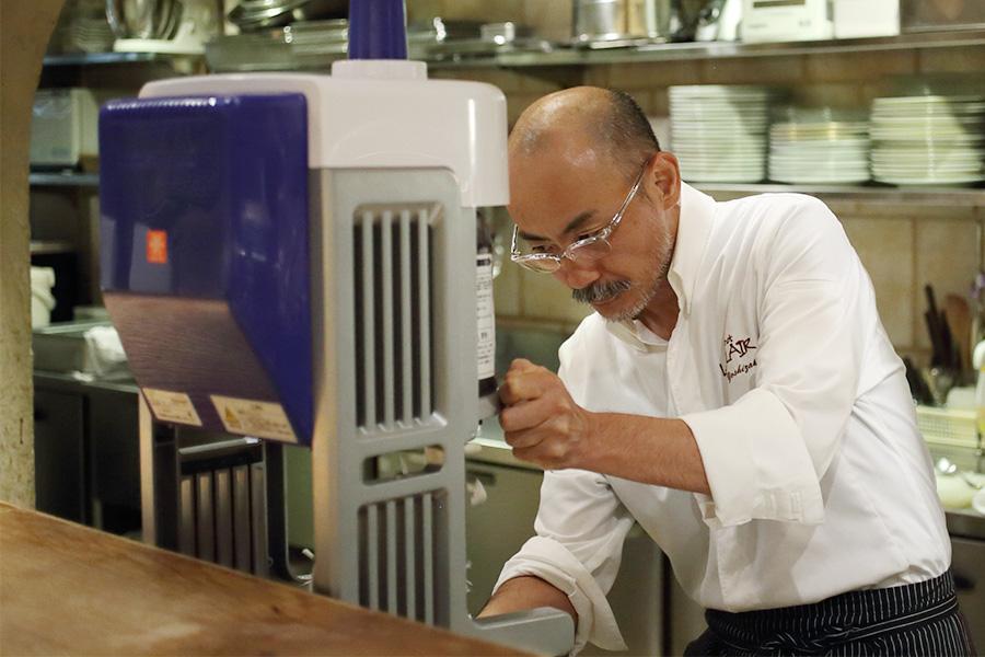 毎晩、氷の削り方を練習したという吉崎シェフ