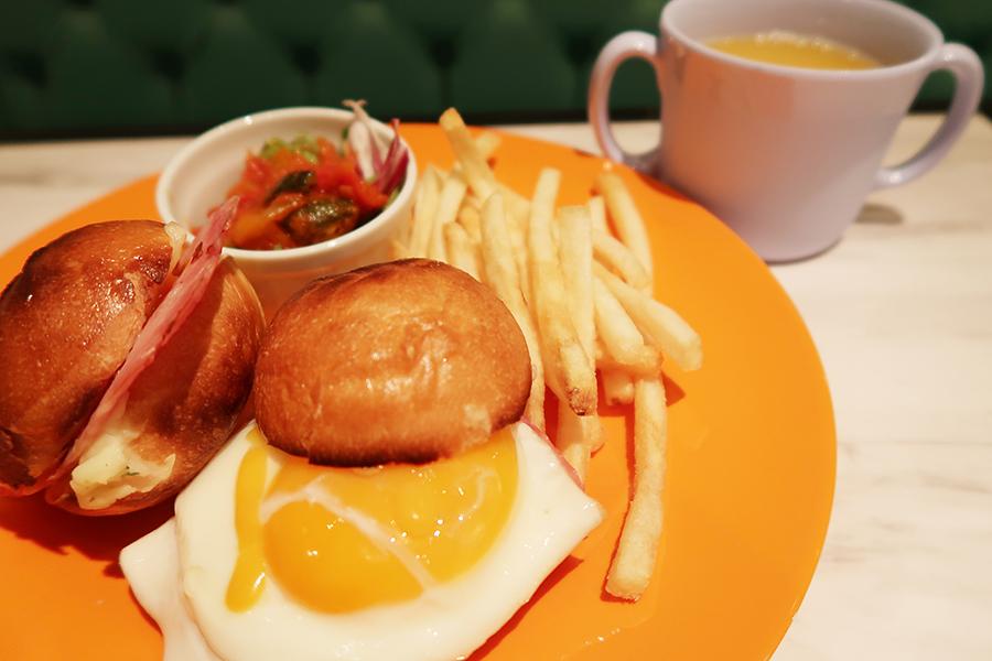 子どもは食べやすいようにバーガータイプにアレンジ、950円