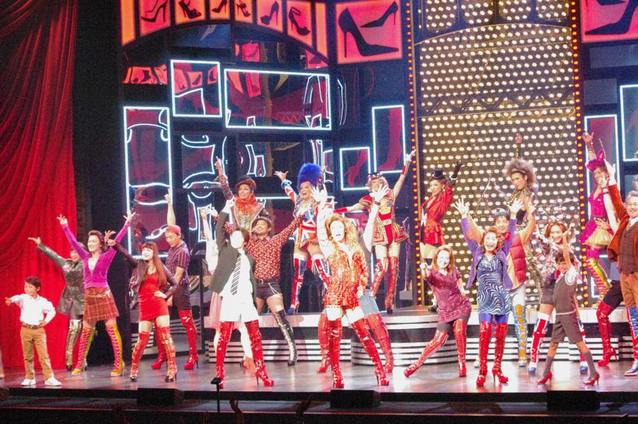 ライブ感あふれる、華やかなステージで魅せたミュージカル『キンキーブーツ』