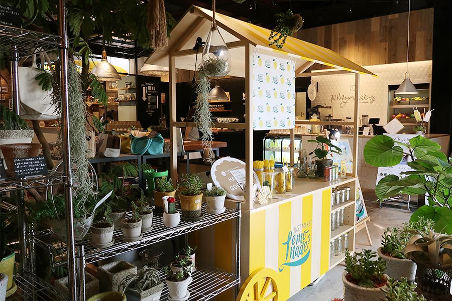 レモネードを販売するスタンド「JUST MAKE! Lemonades」。グリーンやオーガニックコスメなども販売