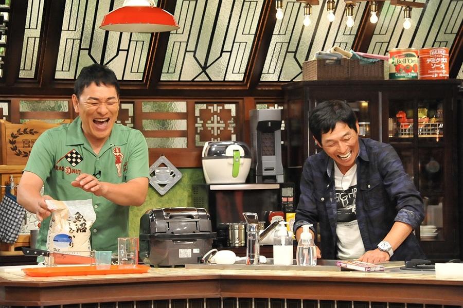 スタジオでアジアンチキンライスを作るピエール瀧(左)と司会の明石家さんま