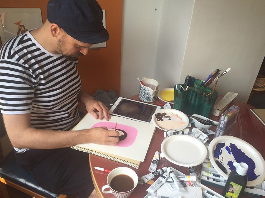似顔絵を描いているマッティ。下書きをせずに、描いていく(カフェ、アンティーク・マルカにて)