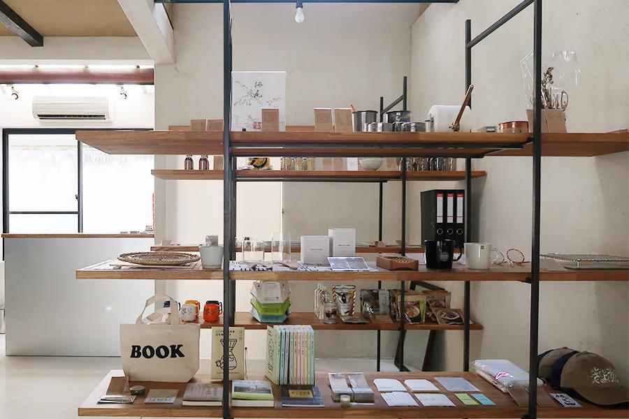 「辻和金網」の焼き網、「嵩山堂はし本」の封筒、「りてん堂」のぽち袋も。ほかにヘルメットや保存食まで