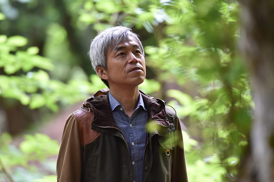 ダンディな佇まいが魅力の小市慢太郎が京都の森林を訪れる