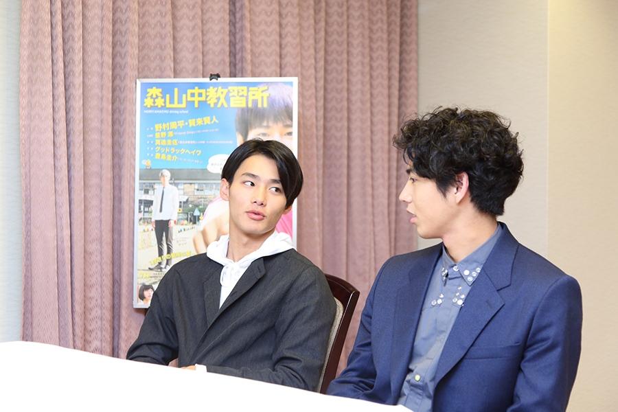 インタビュー中も仲の良い、野村周平(左)と賀来賢人