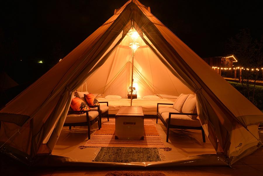 テントの中でおしゃべりも楽しめるよう、イスやソファも