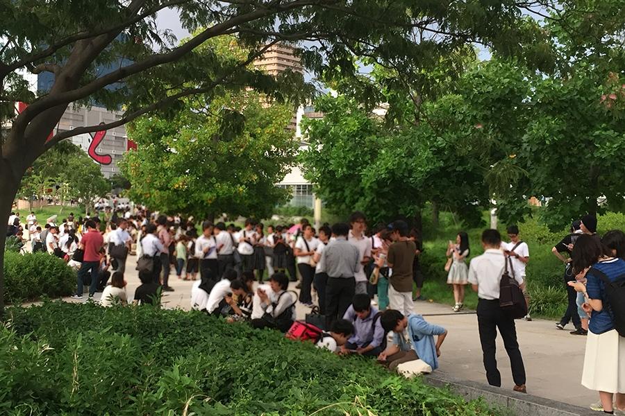 大阪「扇町公園」の南側入口付近、ほぼ道が埋め尽くされている(28日夕方・撮影)