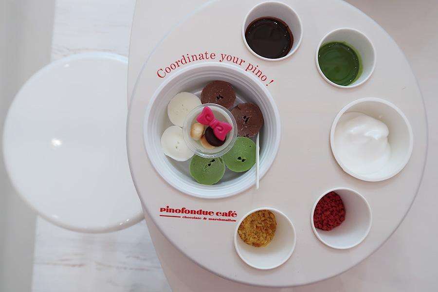 ピノの土台となるアイスは、バニラのほか3種から2種選べる。ソースが固まる前、もしくはマシュマロクリームを使ってトッピングをのせていく