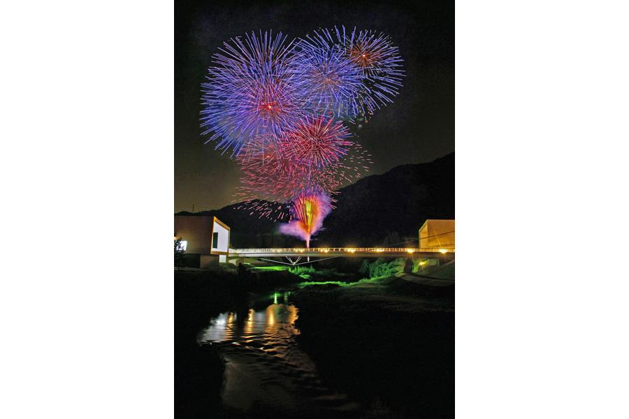 京都府南丹市にある日吉ダムで花火と一緒にプロジェクションマッピングが上映される。タイトルは「なつかしい未来 ~NANTAN 2016~」