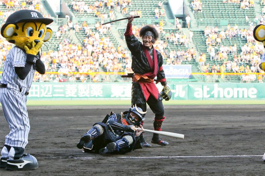 ファーストピッチ後には、徳川家康に扮するバッターを切り倒した猿飛佐助役の中村勘九郎