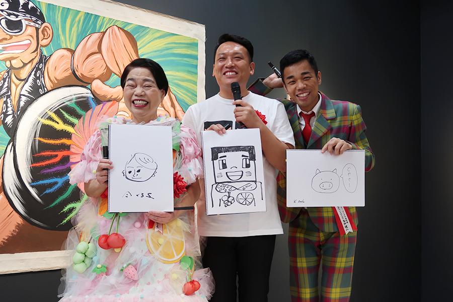 即興で、「今くるよ」を描いた3人。こちらは飾られるとのことで、ブタを描いてしまいあせる多田