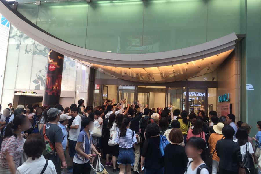 終点の「大丸心斎橋店」前に群がる大勢の人。皆どうにかして写真に納めようと必死