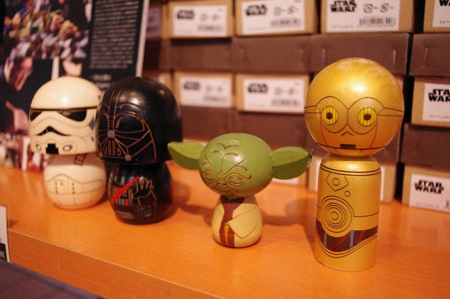 右から、C-3PO、ヨーダ、ダース・ベイダー、ストーム・トルーパーのこけし、各5,400円