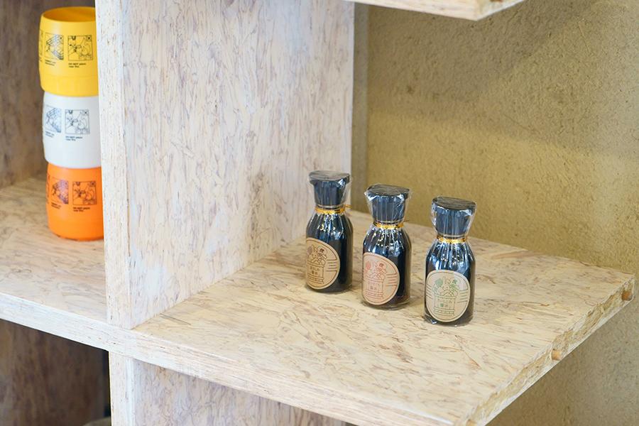昔ながらの手法を守り続ける老舗「澤井醤油本店」の「三三屋」オリジナルデザインのラベルに