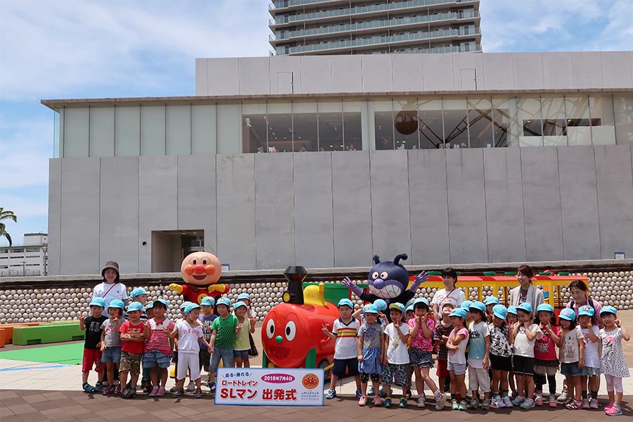神戸市立古湊保育所の園児と、SLマンが記念撮影