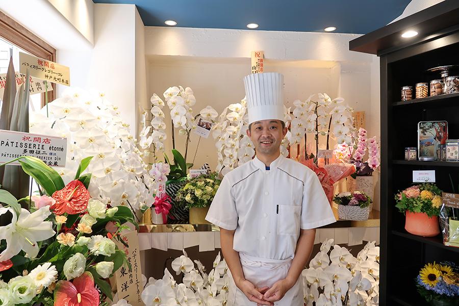 店内を埋め尽くすほどのお祝いのお花。多田シェフ目当てに、周囲のパティシエやブーランジェも訪れている