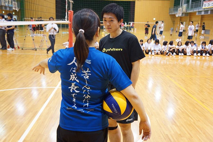 天理高校バレーボール部員に指導する竹下佳江さん